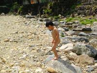 デイキャンプの川で遊ぶ子供