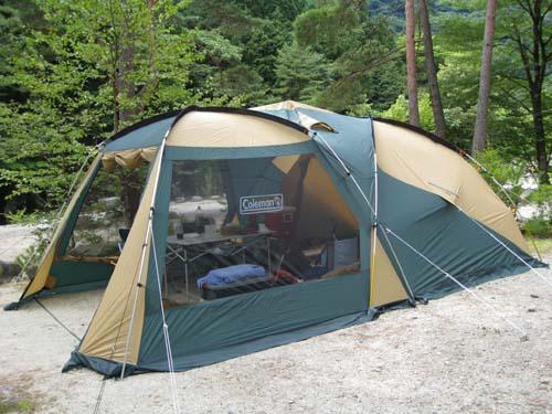 テント 順序としては普通のテントとは逆で、 フライ部分をまず設営したあと、中にテントを吊り下げる
